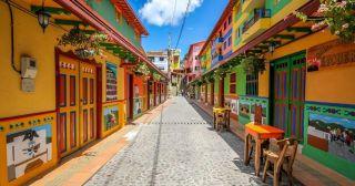 Гуатапе - красочный город в Колумбии