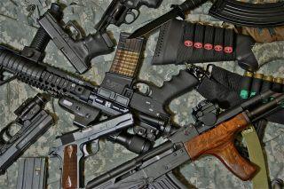 Супруга подозреваемого в разбойных нападениях в Мелитополе получила ранее конфискованное оружие и деньги